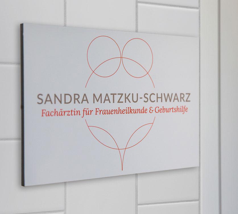 http://praxis-matzku-schwarz.de/wp-content/uploads/2016/03/schild-eingang-2-72dpi.jpg